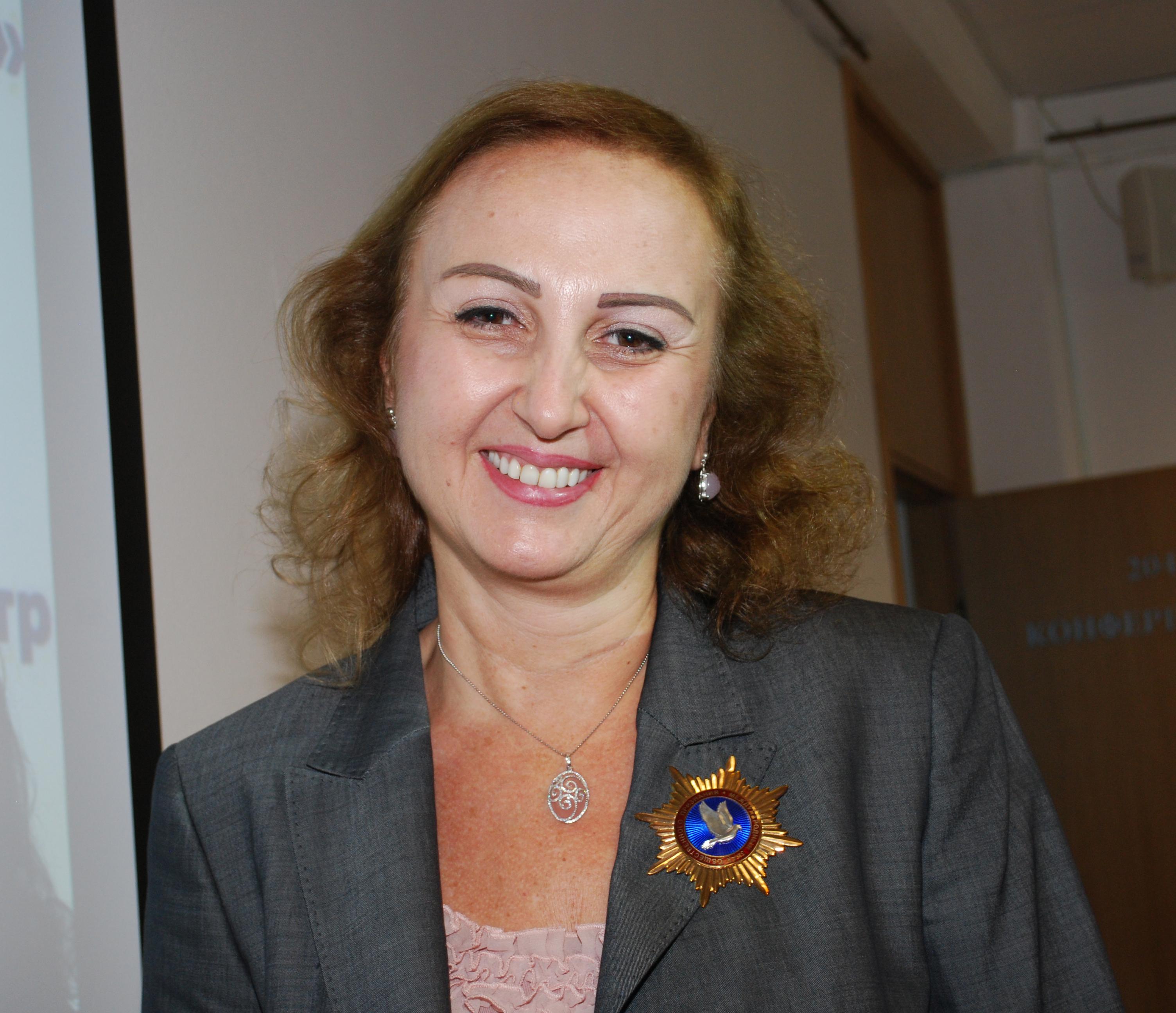 """Ясмина Азхари, Сирия, бизнес дама, носителка на почетния знак на общественото признание """"Сребърен гълъб""""."""