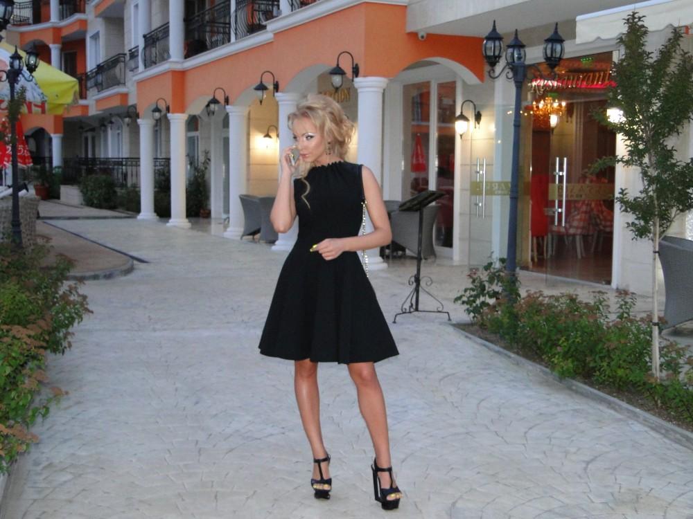 Несебърското Барби Ивелина Прунова е фен на кулинарните специалитети в ресторанта на хотела. Снимка: Апартхотел AVENUE DELUXE