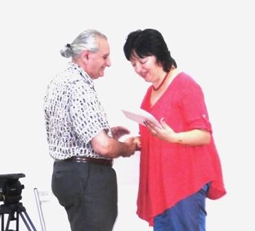"""снимка на публициста Величко Хинов при награждаването му с голямата награда на СБЖ """"Златното перо"""" през 2013г. от Снежана Тодорова"""