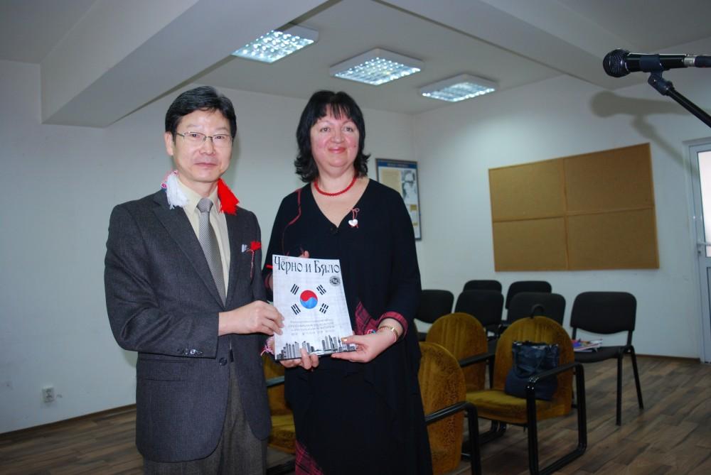 """Посланик Шин Менг-хо и Снежана Тодорова показват новия българо-корейски брой на """"Черно и Бяло"""""""